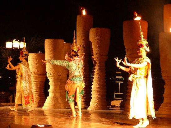 Anantara Riverside Bangkok Resort: Tanzvorführung am Abend