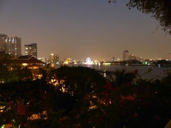 Anantara Riverside Bangkok Resort: Blick vom Balkon bei Nacht