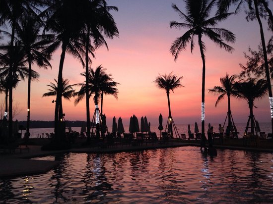 Outrigger Laguna Phuket Beach Resort: Sunset with the pool area in the foreground