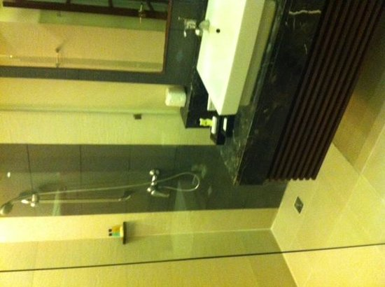 Sheridan Beach Resort and Spa : Large, clean bathroom with a great shower