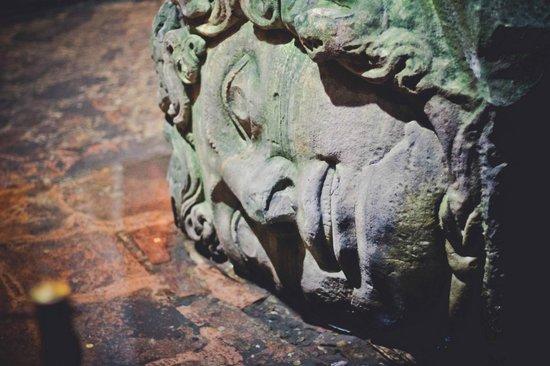 Cisterna Basilica (Versunkener Palast): Голова Медузы Горгоны, таких там две, вторая вверх головой стоит.