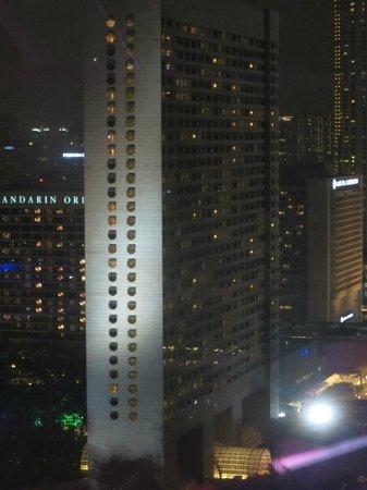 The Ritz-Carlton, Millenia Singapore : Night view of Ritz-Carlton Millennia from Singapore Flyer