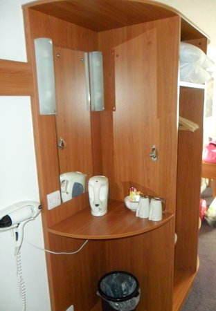 Premier Inn Hereford Hotel: wardrobe/tea coffee/hairdyer