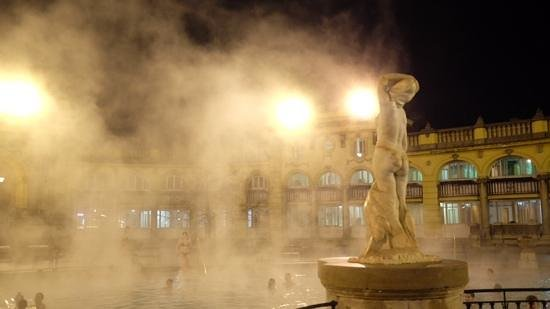 Széchenyi Baths and Pool: bathe in the rain!