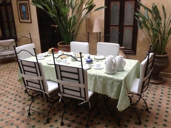 Riad Aguerzame: Frühstückstisch