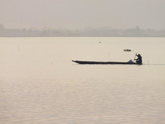 Phra Tamnak Kwan Phayao and Phayao Fresh-water Fishery Station: pecheur sur le lac