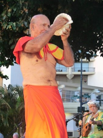 Kuhio Beach Torch Lighting & Hula Ceremony : conch shell blower