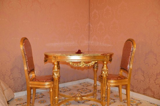 Grand Hotel La Sonrisa: Столик в номере
