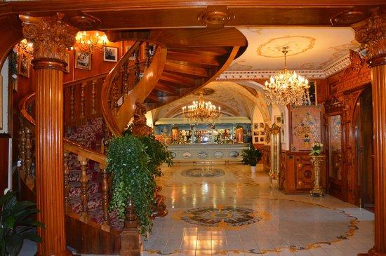 Grand Hotel La Sonrisa: Вид из холла на бар