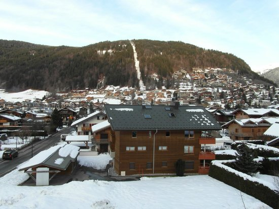 Chalet Hotel Bel 'Alpe : Room View of Super Morzine lift in the distance - white snow line