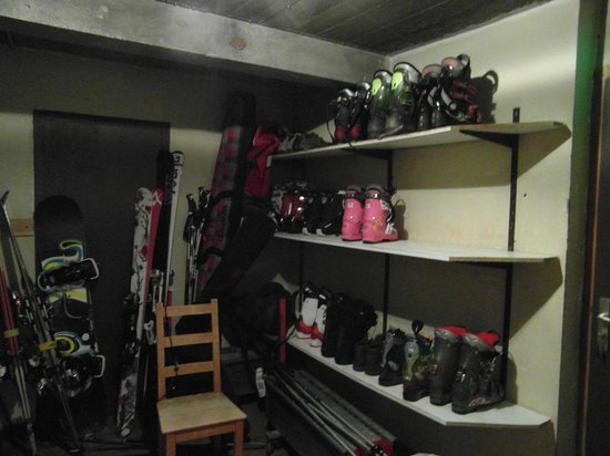 Chalet Hotel Bel 'Alpe : Boot shelves in boot room