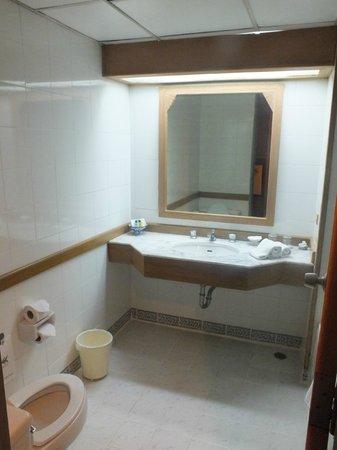 Wiang Indra Riverside Resort: salle de bain