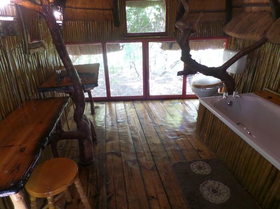 Pezulu Tree House Game Lodge: Badezimmer mit Ausblick