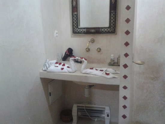 Riad Dar Ftouma: Towel swams in the bathroom