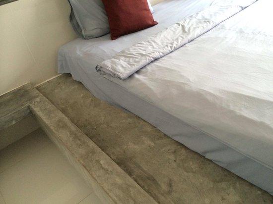 Aonang Paradise Resort: Very thin one layer bed sheet