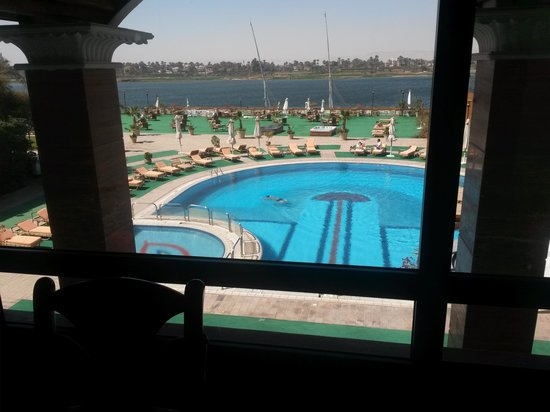 Sonesta St. George Hotel Luxor: View of Nile and the Pool area from the restaurant