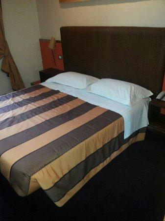 Grand Hotel Cavour: letto camera standard