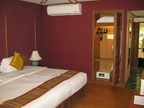 Vogue Resort & Spa Ao Nang : 3204 wardrobe and safe