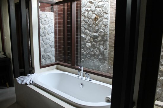 Bhundhari Spa Resort & Villas Samui: Bathub with outdoor rain shower