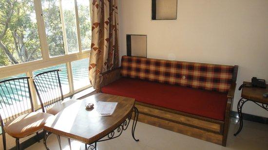 Hotel Shreyas: sofa cum bed
