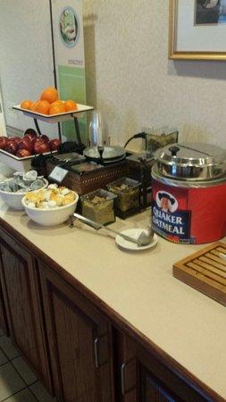 Country Inn & Suites by Radisson, Harrisburg West, PA: Breakfast