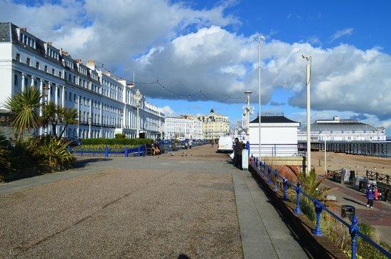 Bay Burlington Hotel: Towards the hotel and pier
