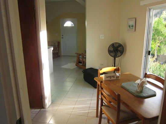 Agape Cottages : hallway to front door