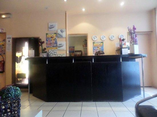 Hotel Comte de Nice: Reception desk