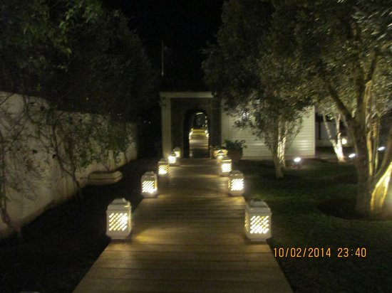 Riad Villa Blanche : path that leads to the restaurant