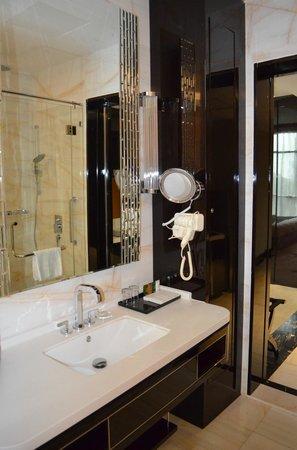 Pacific Regency Hotel Suites : Bathroom
