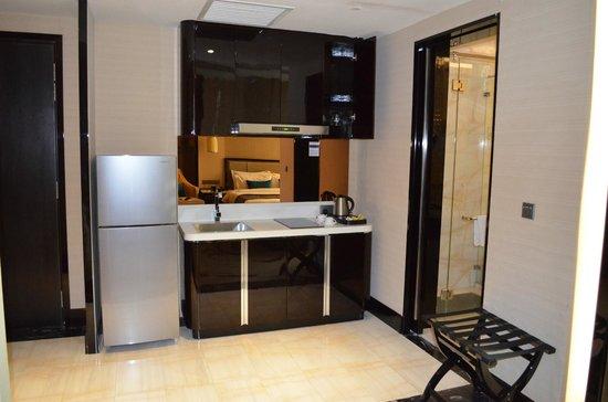 Pacific Regency Hotel Suites : Kitchen area & large refrigerator