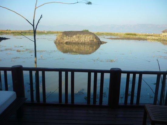 Aureum Palace Resort & Spa Inle: tas de terre devant la terrasse