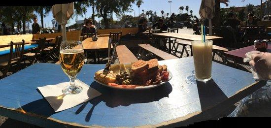 Carabela Cafe: Beer, tapas assortement, pineapple juice
