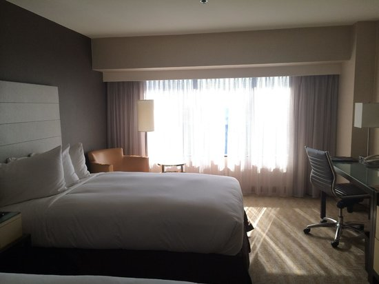 Hilton Los Angeles Airport: Pretty nice room, at least it's modern