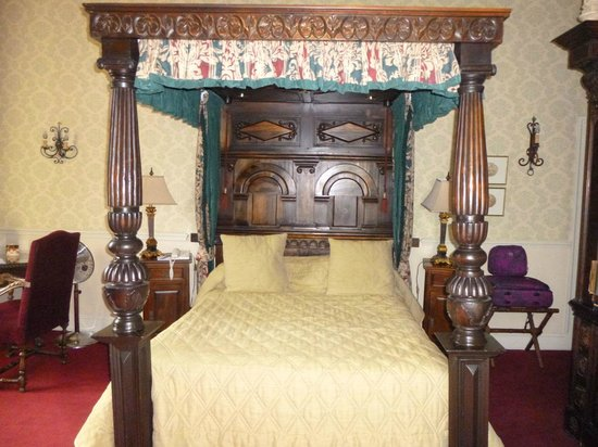 Coombe Abbey Hotel: Comfy four poster bed in room 140
