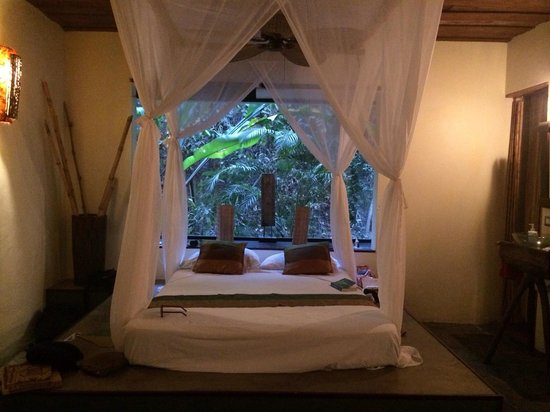 Canaima Chill House: Loved our bed so much, so cozy with the drapes closed all around