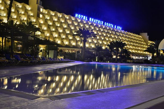 Hotel Beatriz Costa & Spa: Night time view of hotel/pool area.
