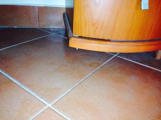 Porto Sokhna Beach Resort : The drawers leg is broken
