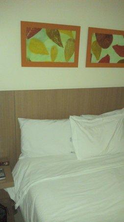 Hotel The Sun: Cama/bed.
