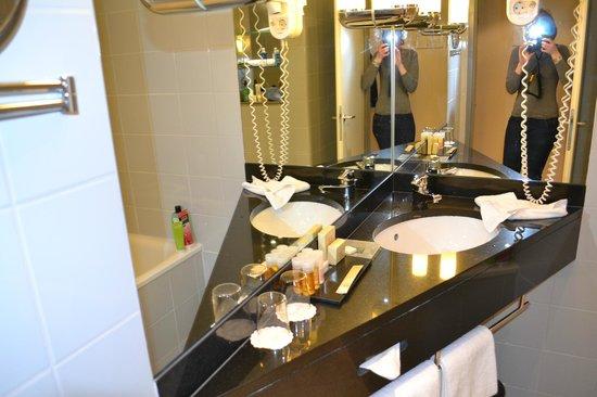 K+K Hotel Maria Theresia: Salle de bains propre et fonctionnelle