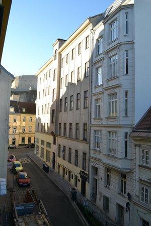 K+K Hotel Maria Theresia: notre chambre donnait sur la rue