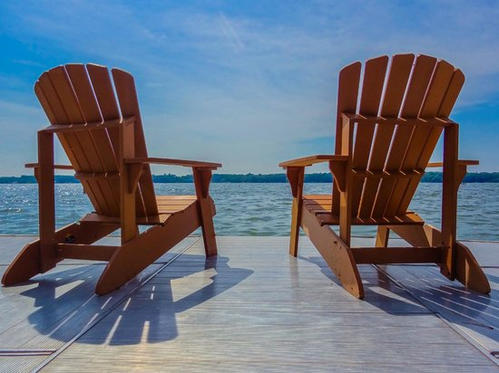 Lake Ripley Lodge Bed & Breakfast: Relax on the pier