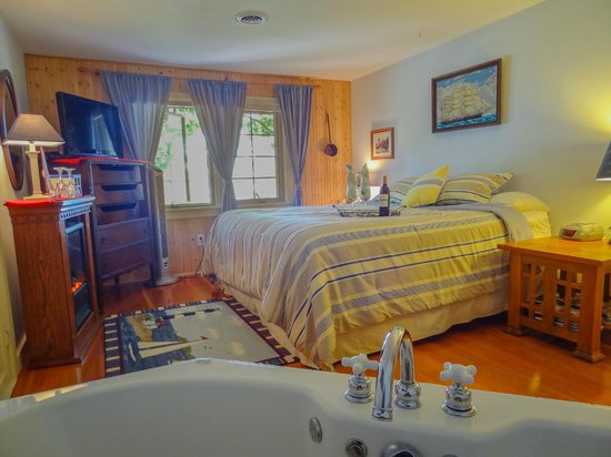 Lake Ripley Lodge Bed & Breakfast: Lake Front Whirlpool Suite