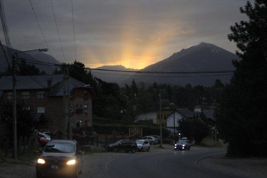 Altuen Hotel Suites&Spa: La calle frente al hotel con la puesta de sol