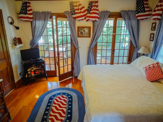 Lake Ripley Lodge Bed & Breakfast: Ground floor private entrance Heritage Room