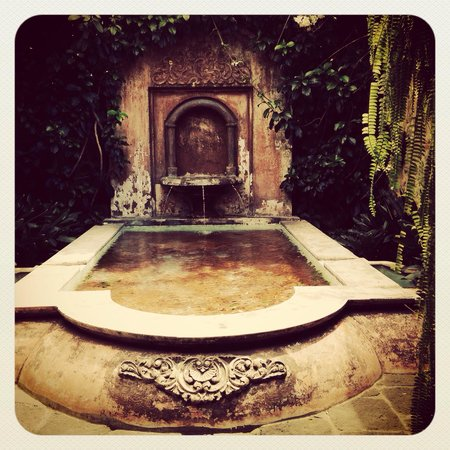 Porta Hotel Antigua: Water fountain by the Lobby Area.