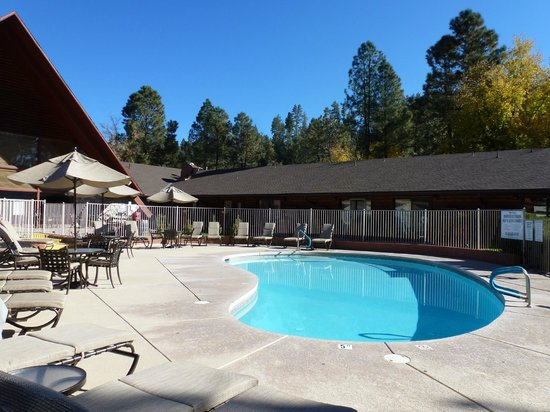 Kohl's Ranch Lodge: Lovely October day - poolside