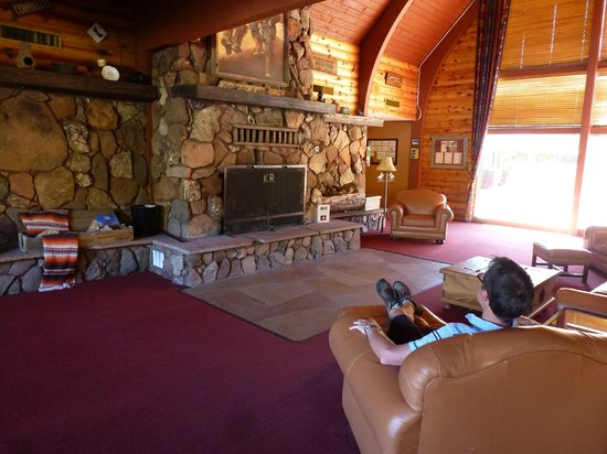 Kohl's Ranch Lodge: Comfy seating in reception area