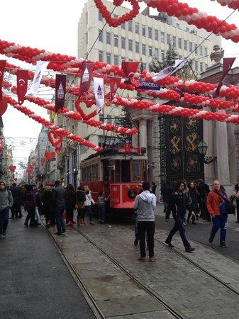 ODDA Hotel: Via Istiklal ed il caratteristico tram che unisce piazza Taksim e Tunel