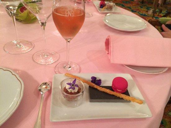 Le Chantecler : Champagne Duval Leroy rosé et amuse gueule